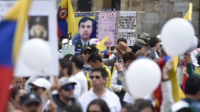 Marcha en Bogotápara repudear el atentado terrorista. (Photo by JUAN BARRETO / AFP)