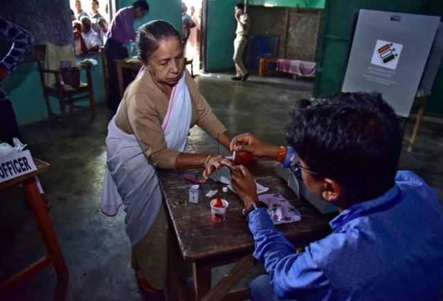 Una mujer antes de votar en el distrito de Nagaon, en el estado de Assam (REUTERS/Anuwar Hazarika)