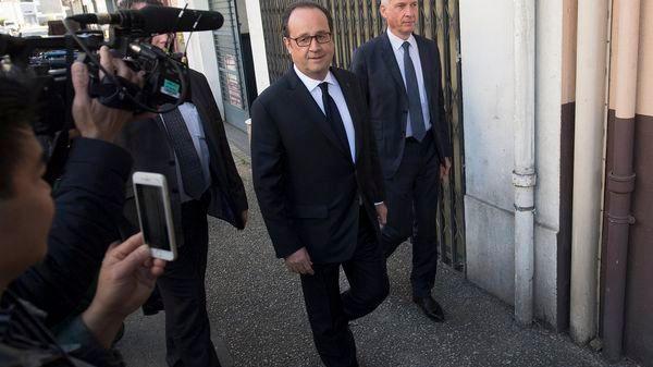 El Presidente francés, Francois Hollande, llega a votar en las elecciones presidenciales de Francia (EFE)