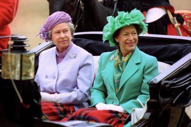 La reina Isabel y su hermana menor, la princesa Margarita