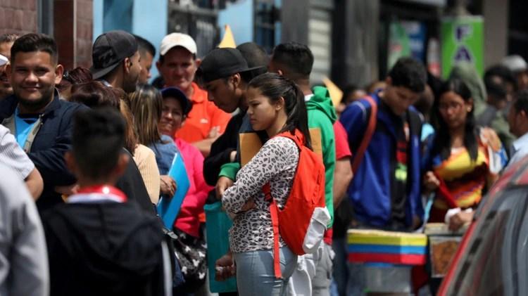 Inmigrantes venezolanos hacen una fila para pedir un permiso de residencia en Lima, Perú (REUTERS/Mariana Bazo/File Photo)
