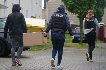 German special police carry a box from the premises of the Gemeinschaft libanesischer Emigranten e.V. (community of Lebanese emigrants) in Dortmund, Germany, April 30, 2020, after Germany has banned Iran-backed Hezbollah on its soil and designated it a terrorist organisation.    REUTERS/Hannibal Hanschke