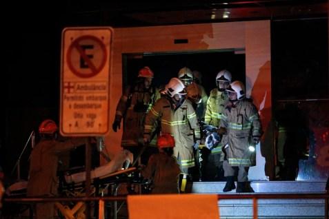 Los bomberos trabajaron toda la noche (MAURO PIMENTEL / AFP)