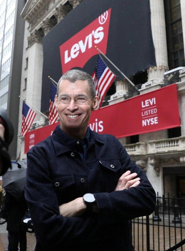El CEO de Levi Strauss & Co. Chip Bergh posa este jueves antes de la salida a bolsa de las acciones de la compañía en Wall Strett (Foto: REUTERS/Brendan McDermid)
