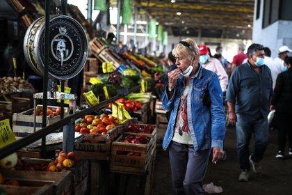 Los precios de las frutas y verduras no pueden controlarse, ya que se trata de un mercado muy atomizado e informal (EFE)
