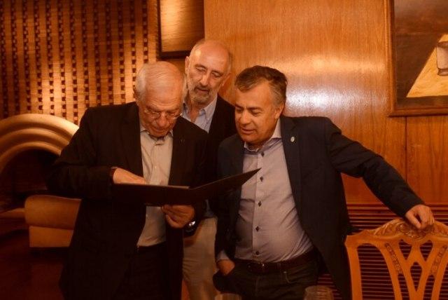 Josep Borrell junto a Alfredo Cornejo en una visita a comienzos de año