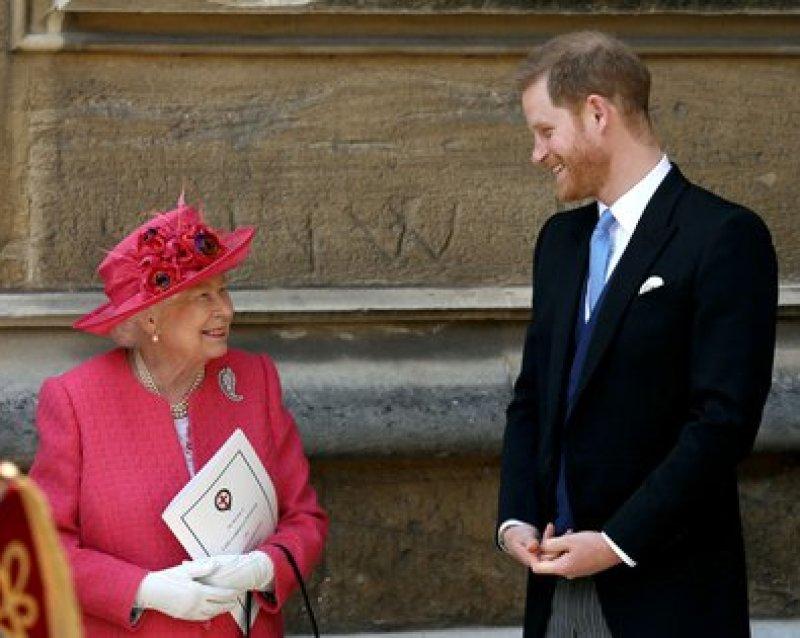 La reina Isabel II con su nieto, el príncipe y duque de Sussex, Harry, quien ya no tiene responsabilidades en la Familia real británica (Reuters)