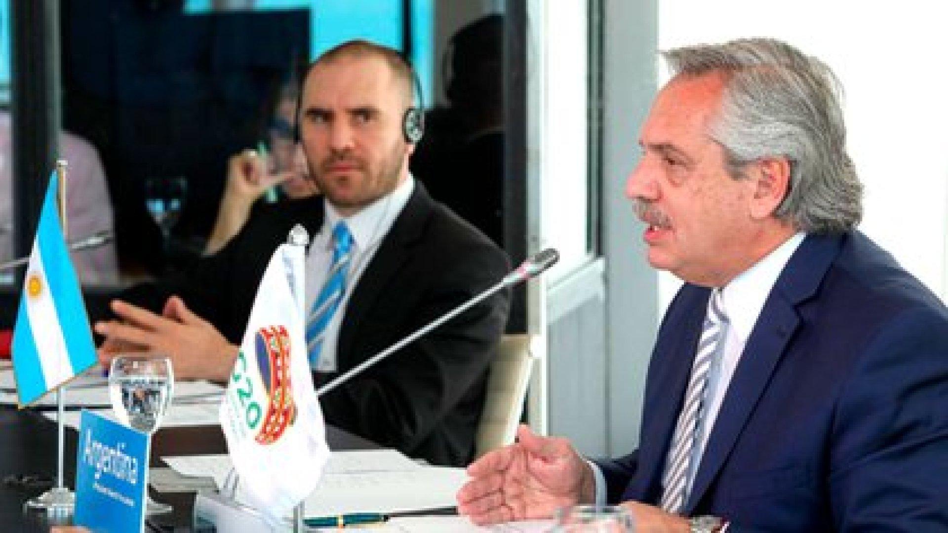 Alberto Fernández y Martín Guzmán mientras participaban de la cumbre virtual del G20 que organiza Arabia Saudita (Presidencia)