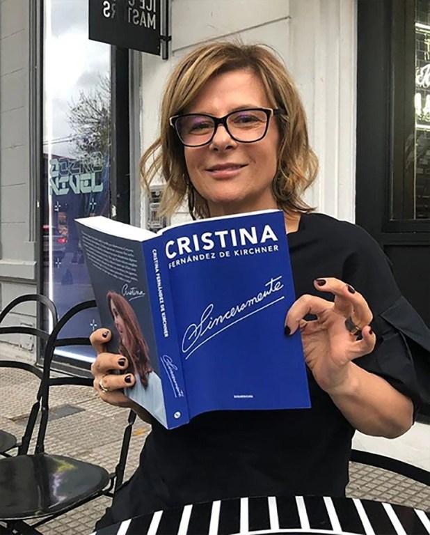 Imperdible! Las fotos de los dirigentes K con el librito de Cristina