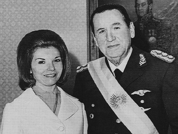 Perón junto a su esposa Isabel. Asumió su tercera presidencia el 12 de octubre de 1973, tras ganar las elecciones con el 62 por ciento de los votos