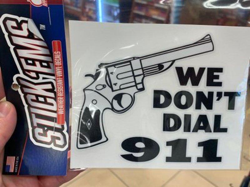 """""""Nosotros no marcamos el 911"""", señala una de las pegatinas de la gasolinera (Crédito: Sebastián Fest)"""