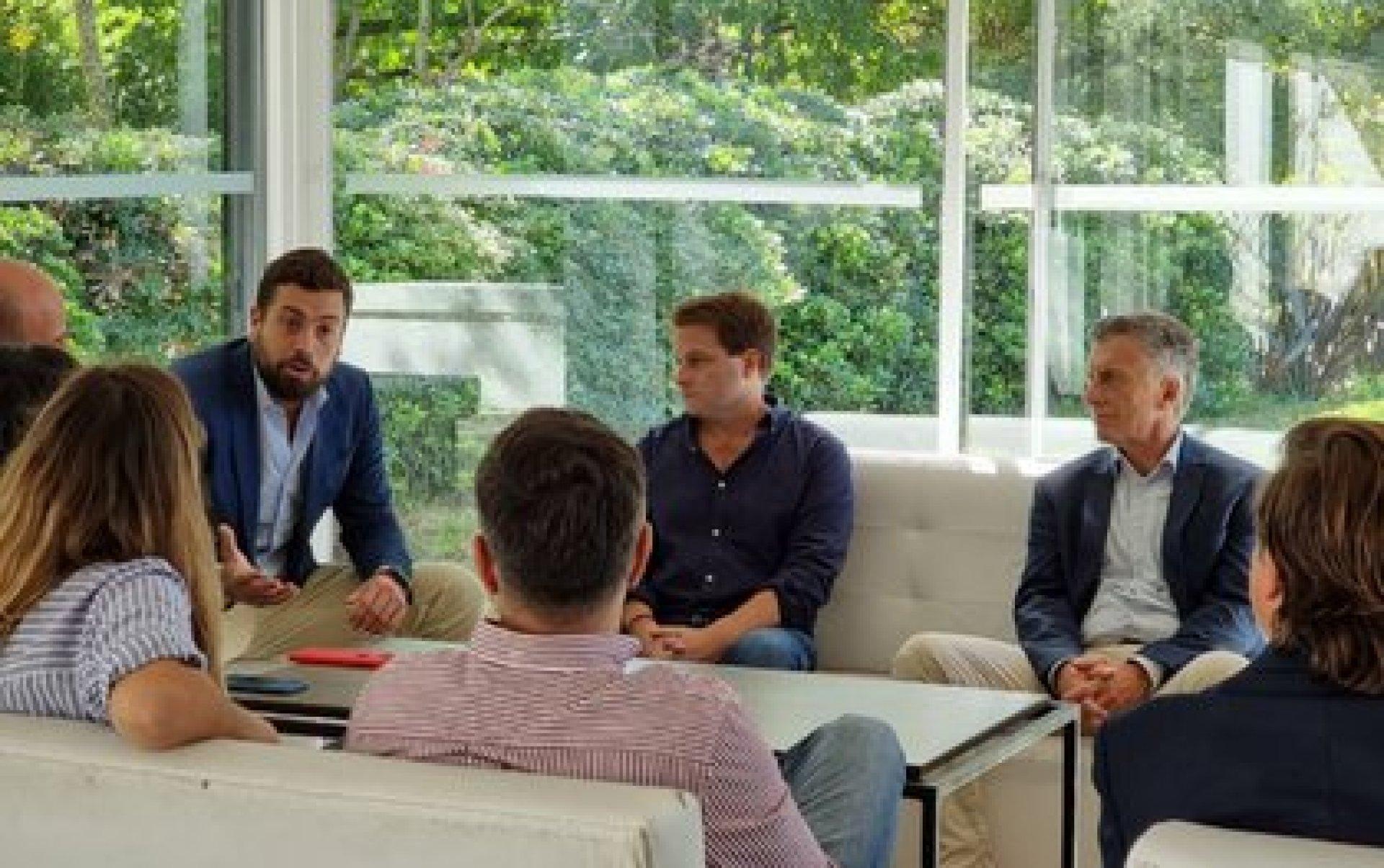 """Mauricio Macri sentado junto a Alex Campbell en un encuentro de """"La Territorial"""""""