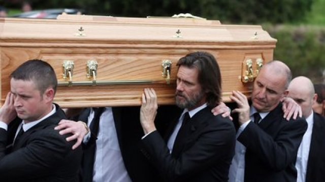 El funeral de su novia Cathirona White, de quien estaba separado y que se quitó la vida, tras esto su familia lo acusó de orillarla al suicidio Foto: (AP)