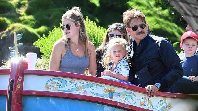 Bradley Cooper con su hija Lea De Seine en Disneyland (grosbygroup)