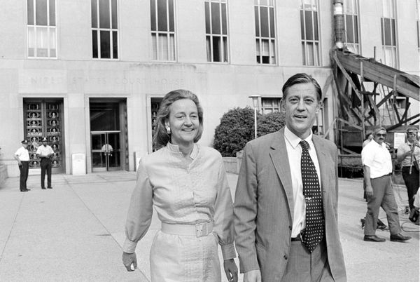 El director y la editora de The Washington Post, Ben Bradlee y Katharine Graham, en los Tribunales de Distrito de Washington, en 1971. Reclamaban el derecho a publicar un informe del Pentágono sobre la Guerra de Vietnam, que el gobierno de Richard Nixon les negaba. (AP Photo, File)