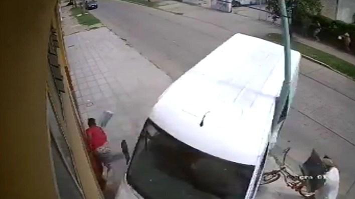 Increible accidente con una camioneta que perdio el control en Merlo captura