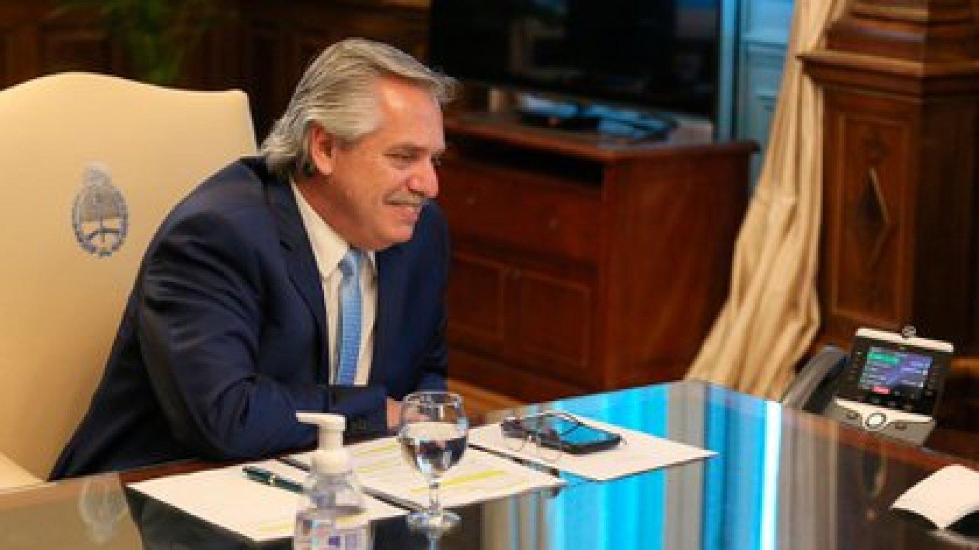 Alberto Fernández cuando dialogó con Joseph Biden en su despacho de la Casa Rosada