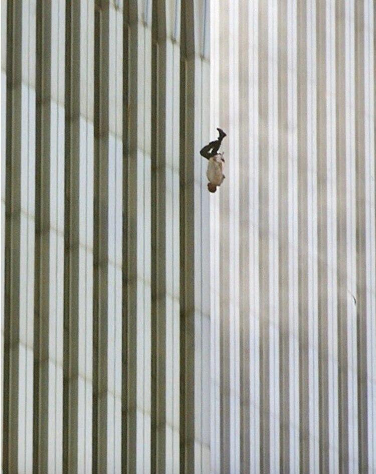 Un hombre se lanza al vacío tras no soportar las llamas en la torre norte del World Trade Center (Richard Drew/AP)