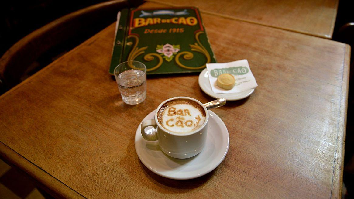 """Para Infobae, realizaron un latte art con el logotipo del bar """"Bar de Cao""""  sobre el café"""