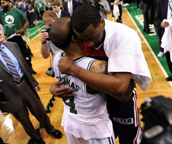 Isaiah Thomas abraza a John Wall en el TD Garden, donde Boston Celtics eliminó a Washington Wizards(Getty Images)