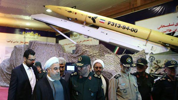 El presidente de Irán, Hasan Rohani, junto al ministro de Defensa, Hossein Dehghan