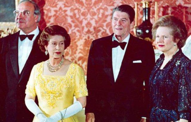 10 de junio de 1984. La reina Isabel II junto al canciller de Alemania Occidental Helmut Kohl, el presidente estadounidense Ronald Reagan y la primera ministra británica Margaret Thatcher en el Palacio de Buckingham de Londres, antes de una cena para los líderes de la cumbre