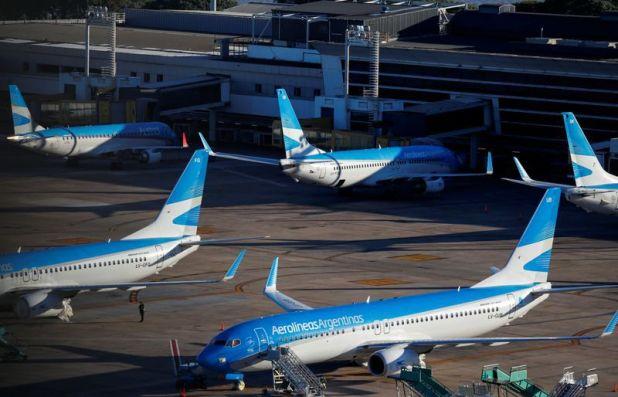 FOTO DE ARCHIVO. Aviones de pasajeros de Aerolineas Argentinas aparcados en el aeropuerto Jorge Newbery, en Buenos Aires, Argentina. 29 de abril de 2020. REUTERS/Agustín Marcarián