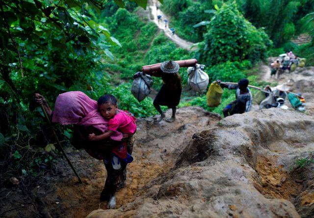 Refugiados rohingya suben a una colina tras cruzar la frontera entre Bangladesh y Myanmar en Cox's Bazar, Bangladesh 8 de septiembre de 2017.