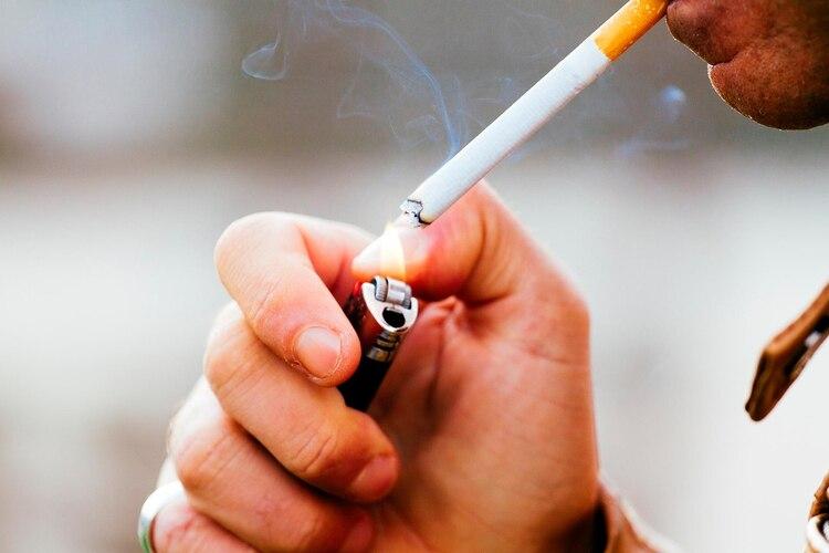 Dejar el tabaco disminuye la probabilidad de sufrir impotencia, de tener dificultades para quedarse embarazada, tener partos prematuros, hijos con insuficiencia ponderal al nacer o abortos (Shutterstock)