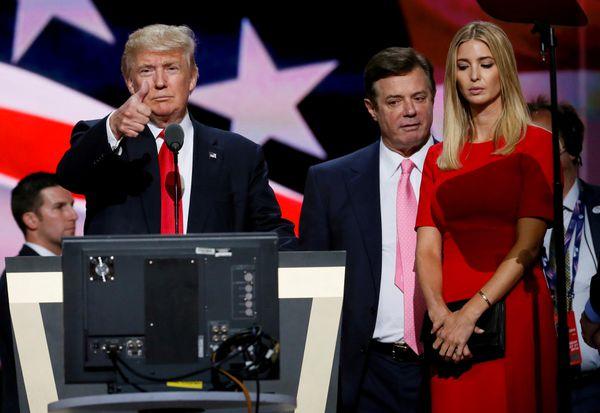 Paul Manafort, entre Donald Trump e Ivanka Trump durnte la Convención Republicana, en julio de 2016 (Reuters)