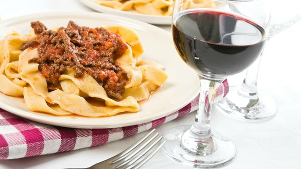 Pappardelle con salsa bolognesa, una opción clásica para acompañar con Bonarda. (iStock)