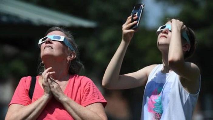 Mirar el sol de manera directa puede causar una retinopatía solar (Shutterstock)