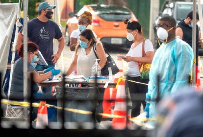 La gente hace fila para hacerse el test de COVID-19 por parte de la Guardia Nacional del Ejército de Florida en North Miami, Florida, EEUU, el 23 de julio de 2020. EFE/EPA/CRISTOBAL HERRERA-ULASHKEVICH