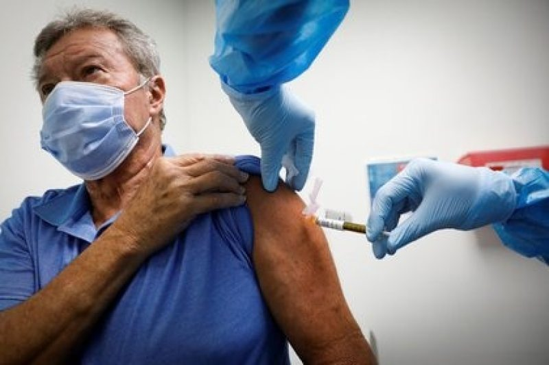 A volunteer is injected with a vaccine while participating in a coronavirus disease (COVID-19) vaccination study at the Research Centers of America, in Hollywood, Florida, USA, on September 24, 2020. REUTERS / Marco Bello