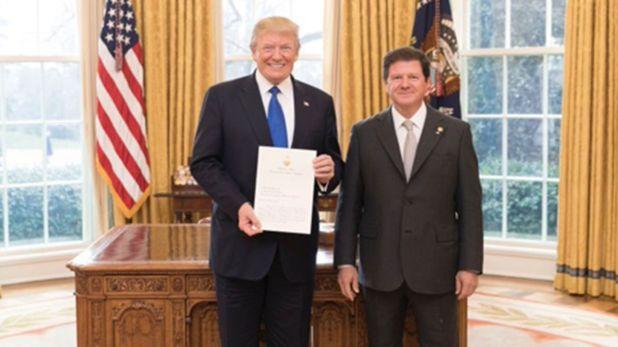 El presidente de Estados Unidos, Donald Trump, junto al embajador argentino en EE.UU., Fernando Oris de Roa