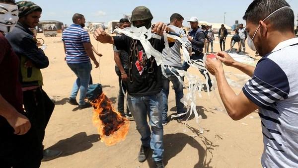 Los palestinos lanzan cometas incendiarias hacia Israel (Reuters)