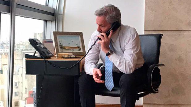 Felipe Solá al teléfono