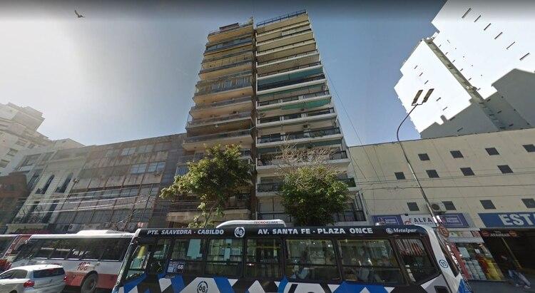 A la izquierda, el edificio desde donde el hombre amenazó con arrojarse
