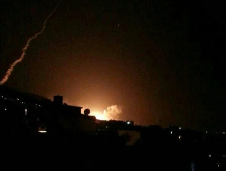 El cielo sobre la capital Damasco se iluminó como consecuencia de los ataques.