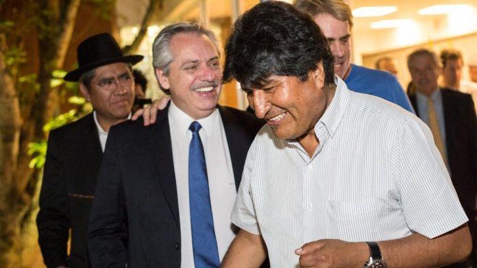 El presidente argentino Alberto Fernández recibió a Evo Morales en Buenos Aires. Detrás de ellos, el ex canciller boliviano, Diego Pary Rodríguez