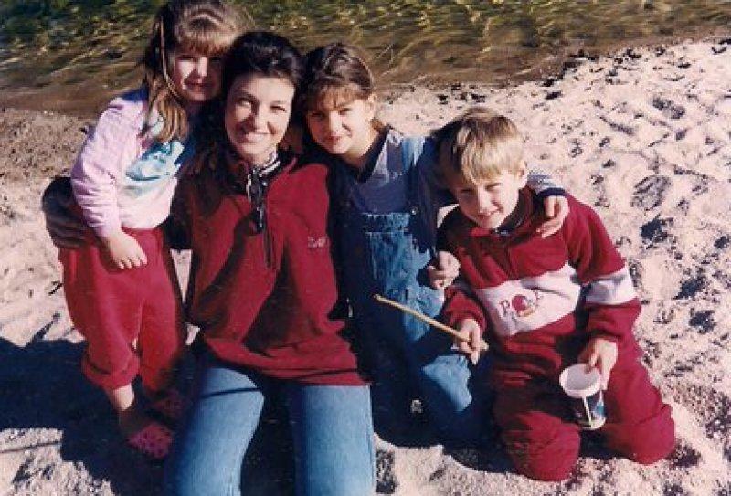 En 1996, Sofía con su mamá y hermanos