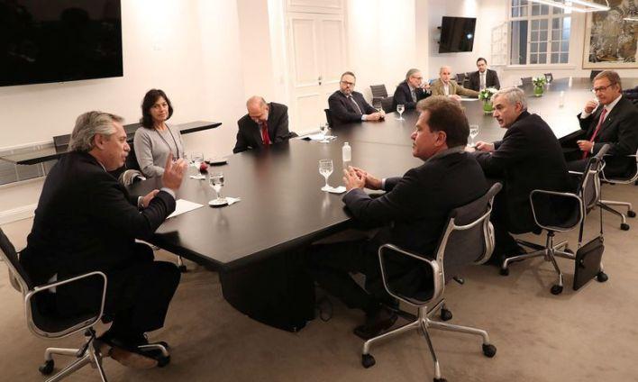 El presidente argentino Alberto Fernández conversa con el CEO de la agroexportadora Vicentin, Sergio Nardelli, durante una reunión en la Residencia Presidencial de Olivos