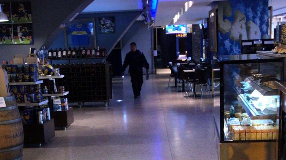 El Departamento Escuadrón Antibombas de la Policía de la Ciudad trabaja en el edificio
