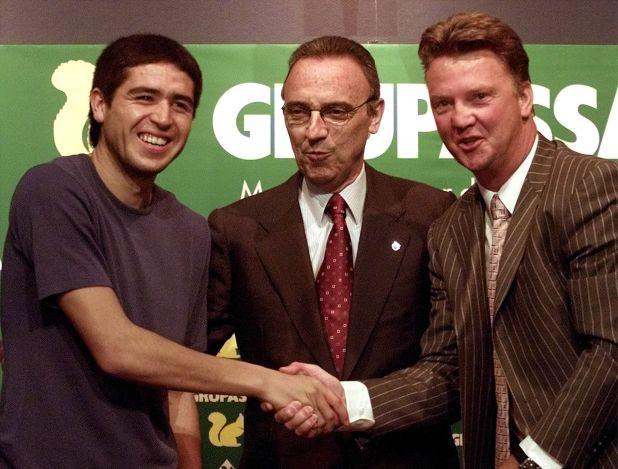 Juan Roman Riquelme junto a Joan Gaspart y Louis Van Gaal (REUTERS/Gustau Nacarino)