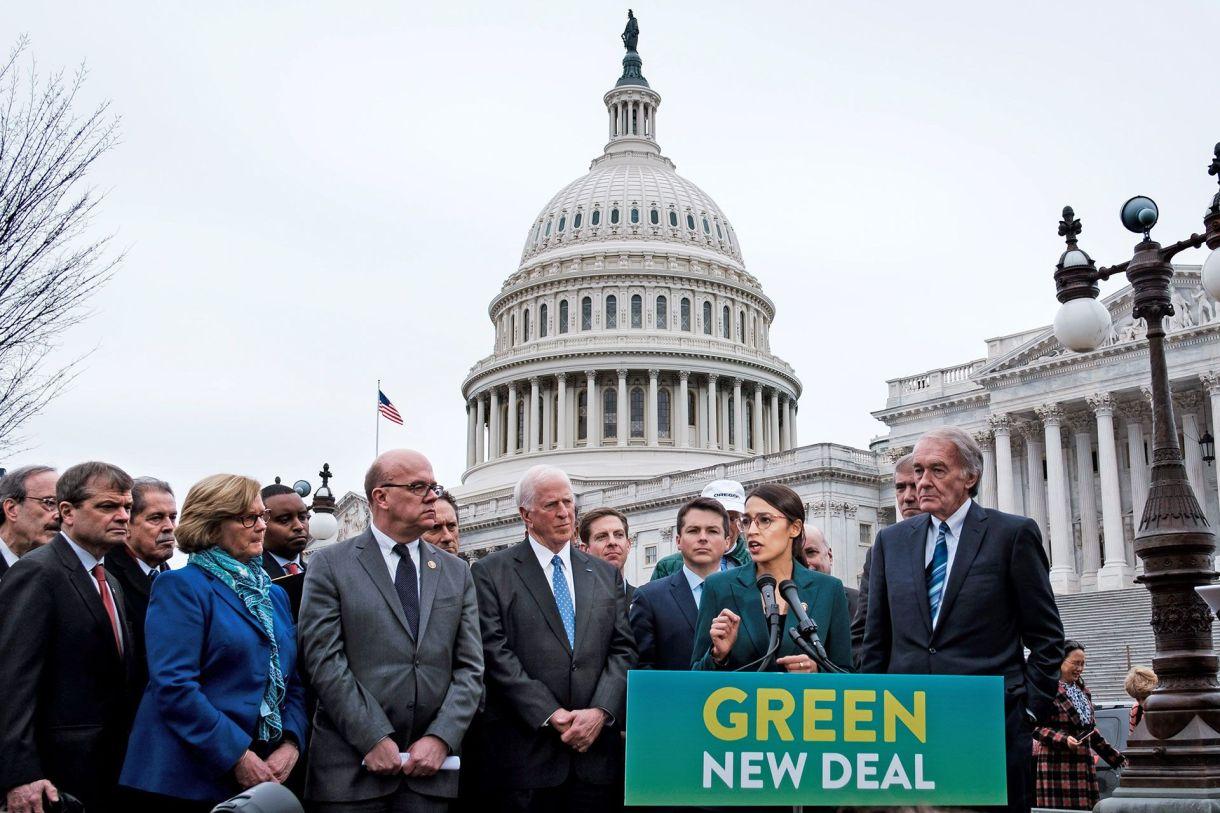 La representante Alexandria Ocasio-Cortez y el senador Edward Markey, a la derecha, presentaron el Green New Deal en el Capitolio en febrero (Pete Marovich / The New York Times)