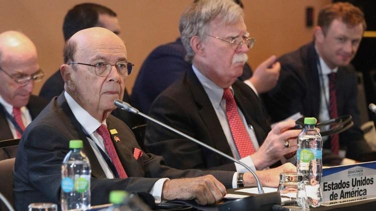 Wilbur Ross y John Bolton, altos funcionarios estadounidenses presentes en la cumbre (AP Photo/Martin Mejia)