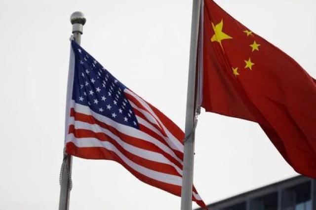 IMAGEN DE ARCHIVO. Las banderas de Estados Unidos y China ondean fuera de un edificio de una empresa estadounidense en Beijing, Enero 21, 2021 (REUTERS/Tingshu Wang)