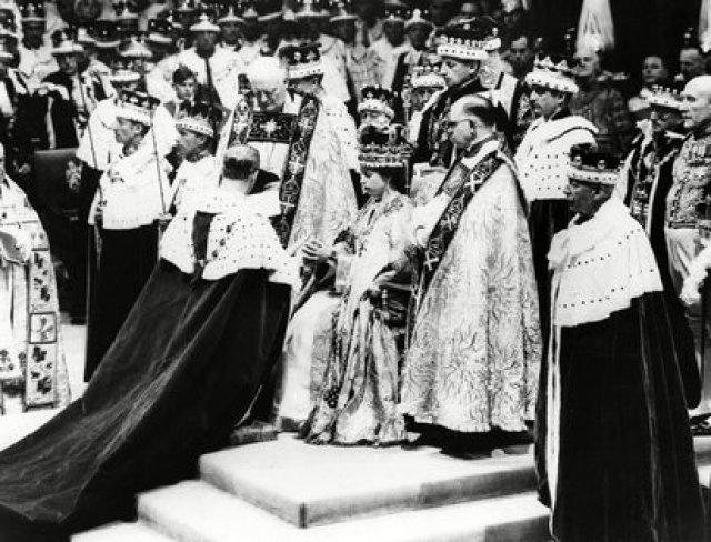 El el 2 de junio de 1953, Isabel de Windsor se convirtió en reina de Inglaterra tras la muerte de su padre, el rey Jorge VI, y en 1957 le concedió a su marido el título de príncipe del Reino Unido