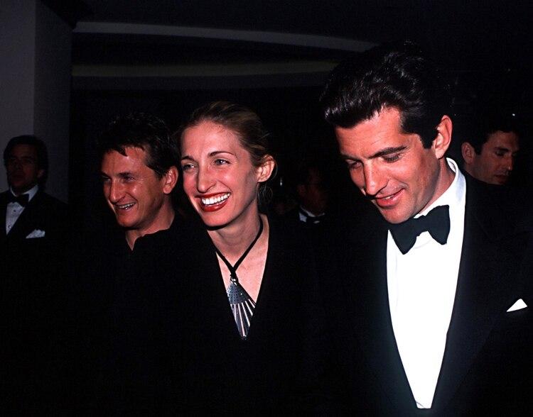 Carolyn Bessette y John John Kennedy murieron trágicamente en un vuelo cuando se dirigían a Martha's Vineyard (Shutterstock)