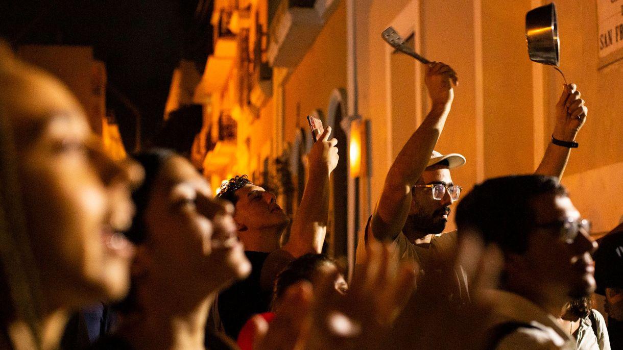 Manifestantes frente a la residencia del gobernador (Erika P. Rodriguez/The New York Times)